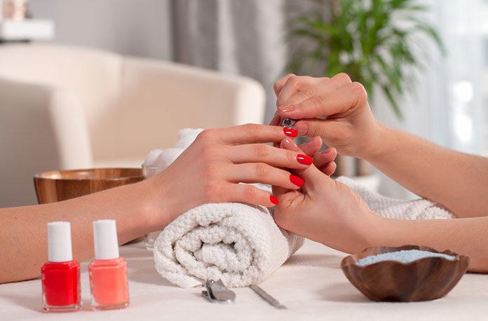 Dlaczego warto regularnie wykonywać manicure? Warszawa a oferty salonów