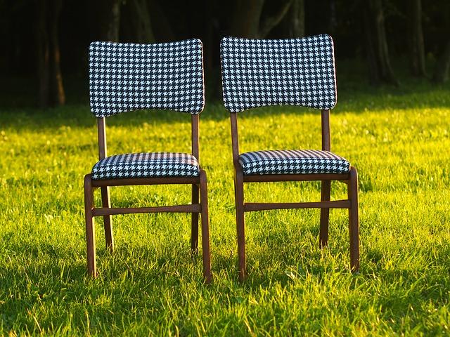 Jak dbać o krzesła drewniane