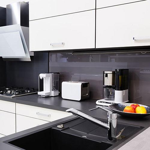 Szkło nad blatem w kuchni – piękna i praktyczna ozdoba ściany