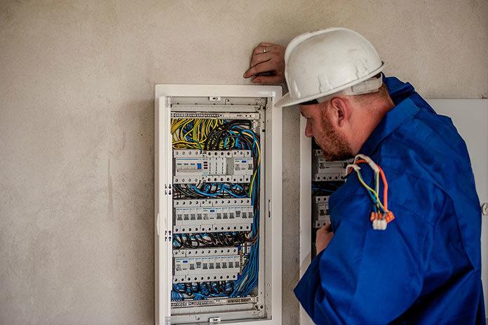 Mocowanie kabli w instalacji elektrycznej